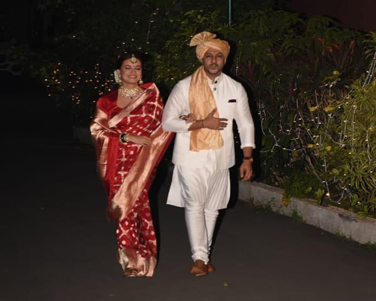 આ દરમિયાન દીયા મિર્ઝા લાલ સાડીમાં સજેલી ખુબજ સુંદર નજર આવી હતી. (photo credit: viral bhayani)