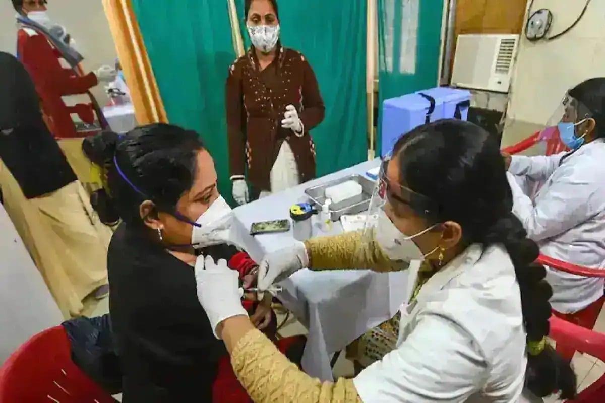 આરોગ્ય વિભાગે આપેલી વિગતો પ્રમાણે રાજ્યમાં નવા નોંધાયેલા કેસમાં અમદાવાદમાં 106, સુરતમાં 94, વડોદરામાં 82, રાજકોટમાં 40, ભાવનગરમાં 16, આણંદ, કચ્છ, ગાંધીનગરમાં 9-9 સહિત કુલ 451 કેસ નોંધાયા છે. આજે ભાવનગર, બોટાદ, ડાંગ, સુરેન્દ્રનગર અને પાટણ એમ કુલ 5 જિલ્લામાં કોરોનાનો એકપણ કેસ નોંધાયો નથી. (પ્રતિકાત્મક તસવીર)