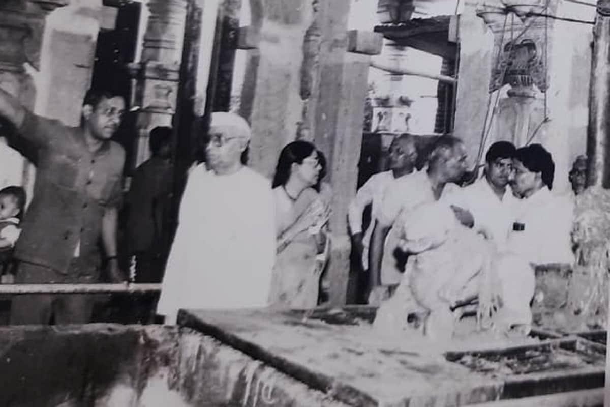 ભારત દેશના તત્કાલિન વડાપ્રધાન મોરારજી દેસાઈ, ઇન્દિરા ગાંધી, અટલ બિહારી બાજપાઈ, દેવગૌડા અને અડવાણી જેવા નેતાઓ અંબાના પગ પખાળી ચૂક્યા છે. ત્યારે હાલના વડાપ્રધાન નરેન્દ્રભાઈ મોદી જેઓ મુખ્યમંત્રી હતા ત્યારથી થી જ મા અંબાના પરંભક્ત અને ઉપાસક પણ રહ્યા છે. વડાપ્રધાન નરેન્દ્ર મોદી અનેકવાર અંબાજીની મુલાકાત લઈ ચૂક્યા છે. એટલુંજ નહિ અંબાજીના વિકાસમાં તેઓ પણ સહભાગી બન્યા છે. (તત્કાલિન વડાપ્રધાન મોરારજી દેસાઇની ફાઇલ તસવીર)