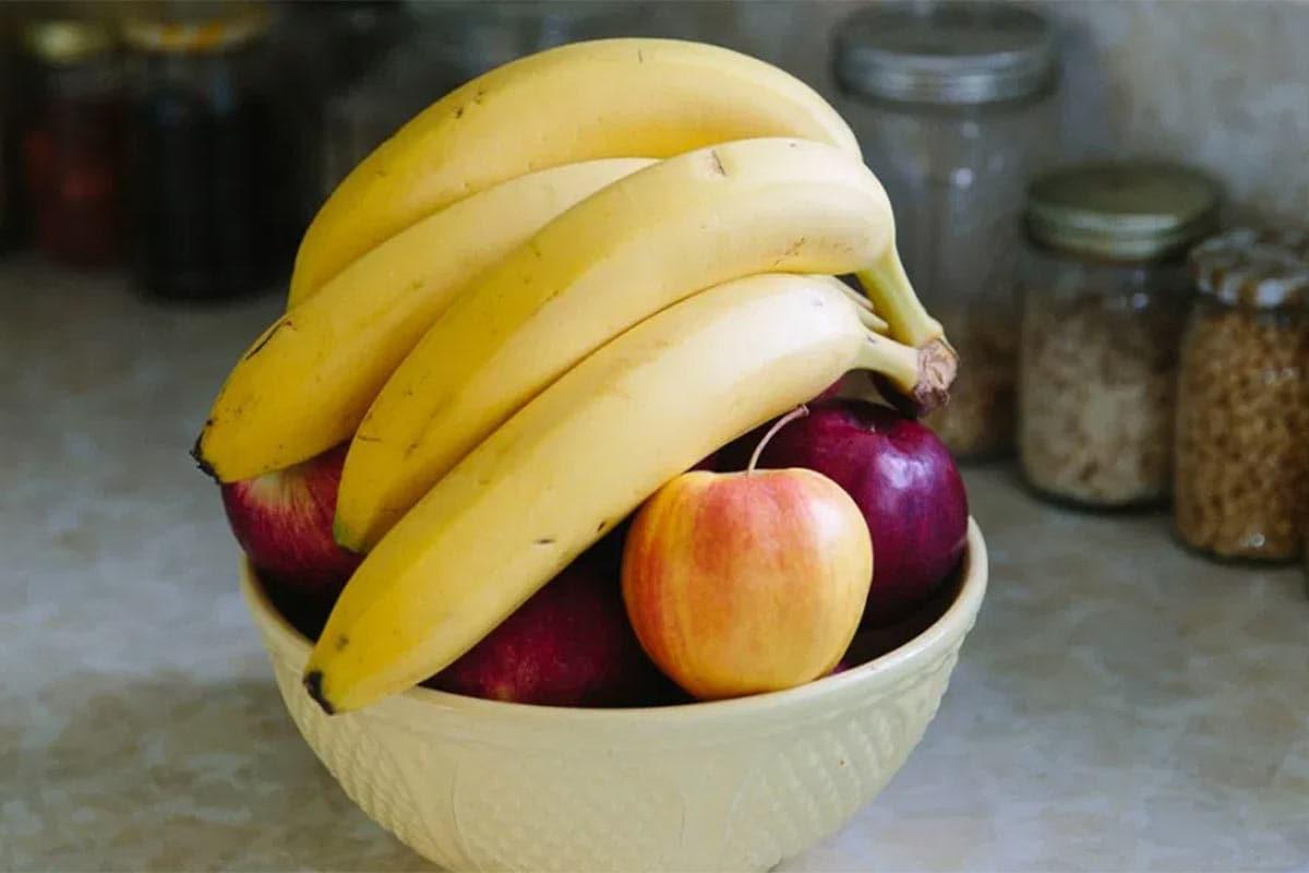 આયુર્વેદ શું કહે છે? :આયુર્વેદ મુજબ સવારે ખાલી પેટમાં ફળોનું સેવન ન કરવું જોઈએ. આયુર્વેદ નિષ્ણાત ડો.બી.એન. સિંહા સમજાવે છે, અમારી દ્રષ્ટિએ ફક્ત કેળા જ નહીં પણ તમામ ફળોને સવારના ભૂખ્યા પેટે ટાળવા જોઈએ. આજકાલ કુદરતી ફળ મળવા મુશ્કેલ છે. આપણે જે ખરીદીએ છીએ તે કૃત્રિમ રીતે ઉગાડવામાં આવે છે અને તેને સવારે ન આરોગવા જોઈએ. તેમાં રહેલ રસાયણો આપણને નુકસાનકારક હોય છે. જોકે સવારના સમયે કે ગમે તે સમયે ફળોને અન્ય ખોરાક સાથે મિશ્રિત કરીને બ્રેકફાસ્ટ કે ભરપુર નાસ્તામાં લેવાથી તમામ પોષક તત્વો બેલેન્સિંગ માત્રામાં મળે છે.