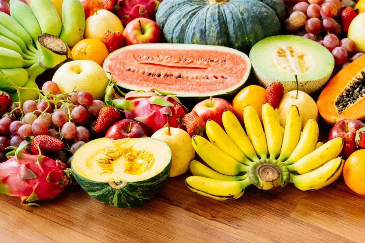 Right Time To Eat Fruits: લોકો આધુનિક જીવનશૈલીમાં (Lifestyle) એટલા વ્યસ્ત થઈ ગયા છે કે તેમને પોતાના સ્વાસ્થ્ય (health) વિશે વિચારવાનો સમય નથી મળતો. ઘણી વખત લોકો ભોજન (food) સમયે કામ કરતા રહે છે. આ ટેવ આપણા સ્વાસ્થ્યને ભારે નુકસાન પહોંચાડે છે. આપણે કંઇક ખાવાનો યોગ્ય સમય શું છે તેની કાળજી પણ રાખતા નથી અને આપણે પેટ ભરવા માટે ગમે ત્યારે કંઈપણ ખાઇએ છીએ. આવી સ્થિતિમાં અમે તમને અહીં જણાવી રહ્યાં છીએ કે ફળ (fruit) ખાવાનો યોગ્ય સમય કયો છે. ઘણી વાર આપણા હાથમાં ન્યુટ્રિએન્ટસથી ભરપૂર ફળો આવે છે, પરંતુ યોગ્ય સમયે ન ખાવાને કારણે તેઓ આપણને સ્વસ્થ રાખવાને બદલે નુકસાન પહોંચાડે છે. ચાલો આપણે જાણીએ કે કયા સમયે આપણા માટે ફળો ખાવાનું સૌથી ફાયદાકારક છે.