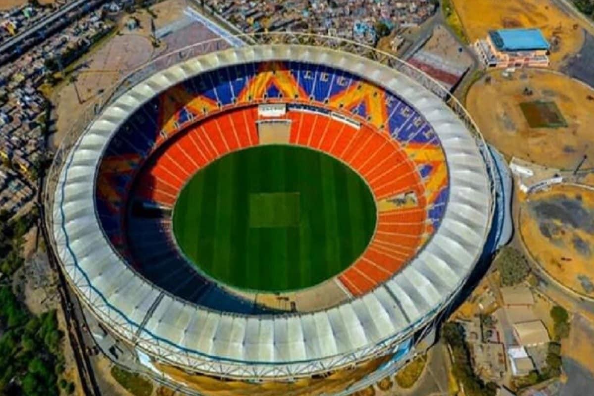 ગુજરાતના ક્રિકેટપ્રેમીઓ જેની આતુરતાથી રાહ જોતા હતા તેનો અંત આવ્યો છે. વર્લ્ડના સૌથી મોટા ક્રિકેટ સ્ટેડિયમ અમદાવાદના મોટેરા (Motera Cricket stadium Ahmedabad) ખાતે ભારત અને ઇંગ્લેન્ડ વચ્ચે રમાનાર ડે-નાઇટ ટેસ્ટ માટેની ટિકિટોનું વેચાણ 14 ફેબ્રુઆરીને રવિવારથી શરૂ થશે. ગુજરાત ક્રિકેટ એસોસિયેશન(GCA)ના ઓફિશિયલ ટ્વિટર પર આ વાતની જાહેરાત કરવામાં આવી છે. ભારત અને ઇંગ્લેન્ડ (IND VS ENG) વચ્ચે ત્રીજી ટેસ્ટ 24 ફેબ્રુઆરીથી શરૂ થશે. (દીપિકા ખુમાણ, અમદાવાદ)