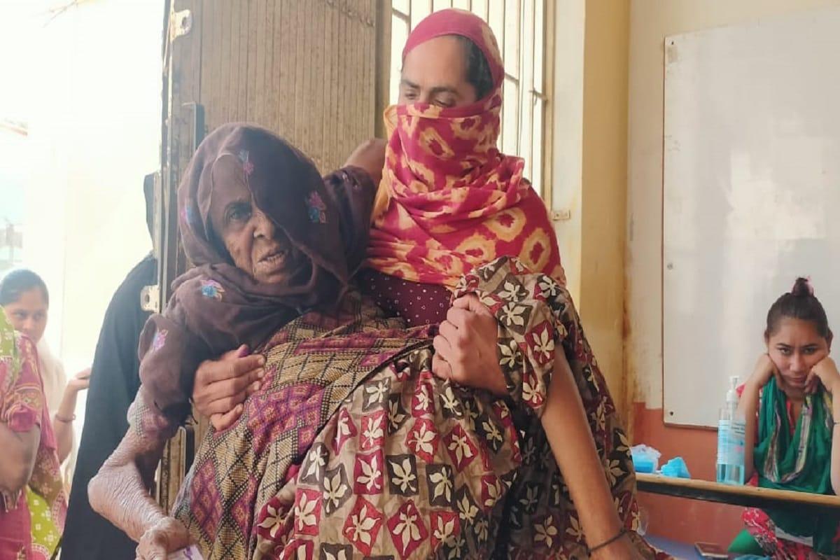 આજે રવિવારે, 28 ફેબ્રુઆરીના રોજ રાજ્યમાં (Gujarat) સવારે સાત વાગ્યાથી 31 જિલ્લા પંચાયત, 231 તાલુકા પંચાયત અને 81 નગરપાલિકામાં ચૂંટણી (Local Body Polls) યોજાઇ રહી છે. ત્યારે પાટણ (Patan) જિલ્લામાં પણ મતદારોમાં ઉત્સાહ દેખાઇ રહ્યો છે. પાટણ પાલિકામાં 44 બેઠકો માટે ચૂંટણી લડી રહેલા ભાજપ, કોંગ્રેસ, આપ, અપક્ષ અને અન્યના મળી કુલ 150 ઉમેદવારો માટે રવિવારે મતદાન યોજાઇ રહ્યું છે. અહીં પાટણના સાંતલપુર તાલુકાના 90 વર્ષના વૃદ્ધ દિવાન મનુબેન તથા અન્ય વડીલોએ પણ ઉત્સાહભેર મતદાન કર્યું હતું.