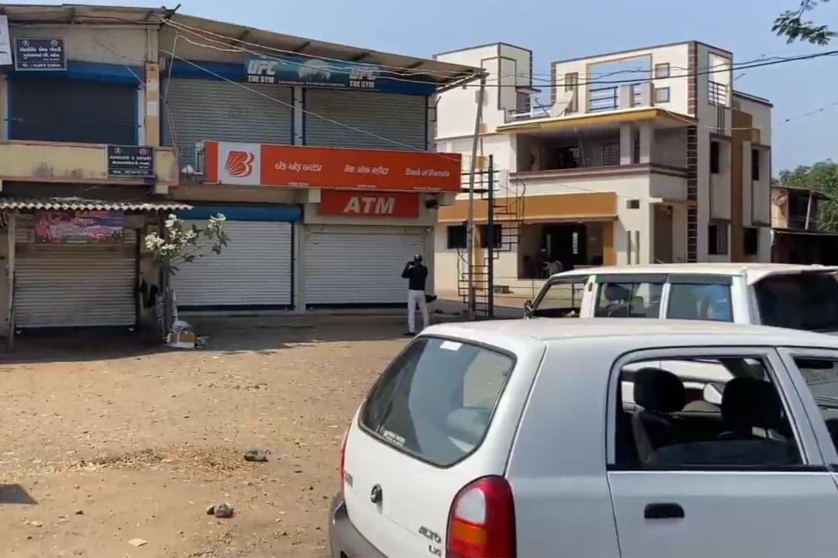વલસાડ જિલ્લામાં છેલ્લા 10દિવસમાં ATM તોડવાના બે પ્રયાસ થયા છે. બંને પ્રયાસમાં તસ્કરો મશીન તોડવામાં નિષ્ફળ રહ્યા છે. આ બંને કેસમાં પોલીસની સતર્કતાથી આરોપીઓ ઝડપાઇ ચૂકયા છે.