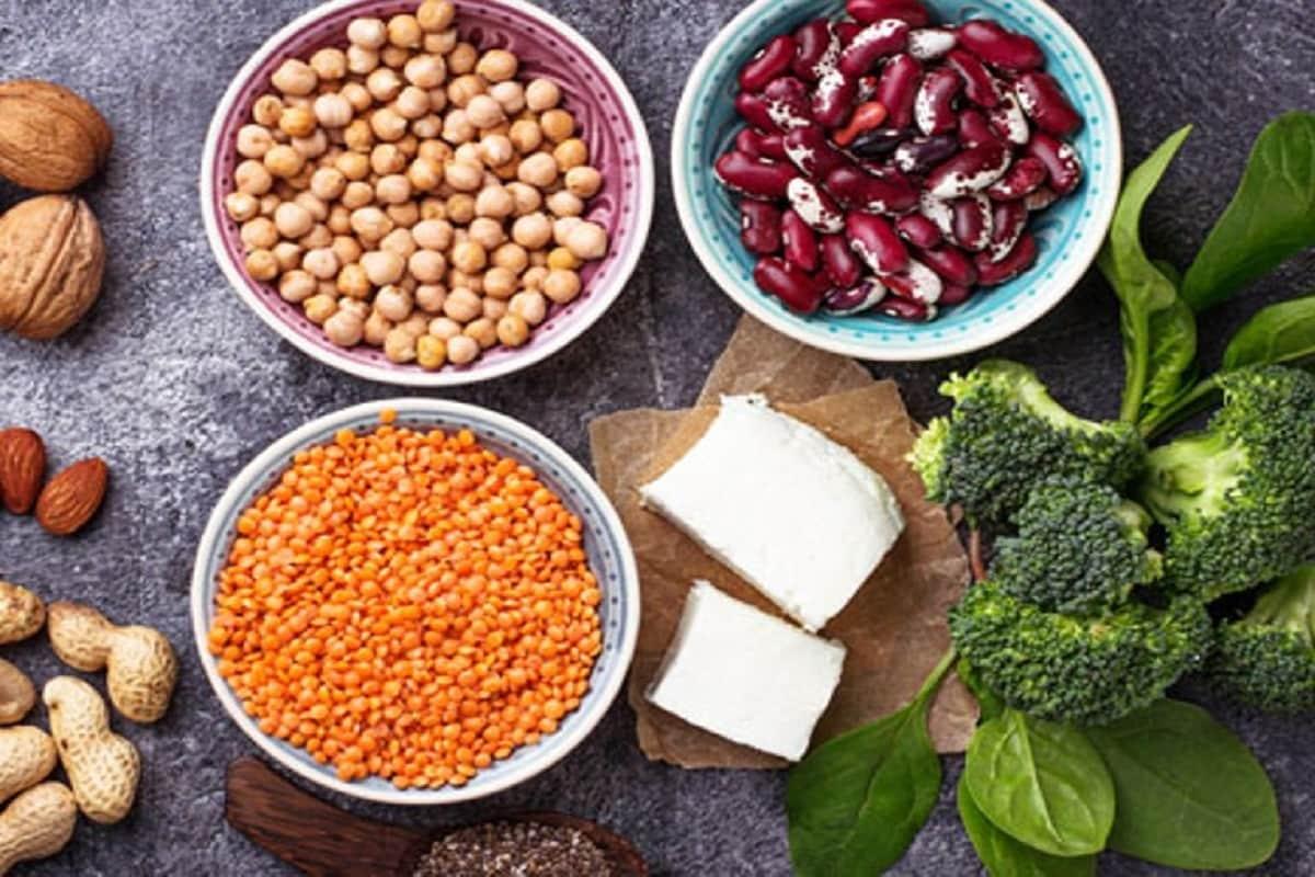 લાઇફસ્ટાઇલ ડેસ્ક: જ્યારે પ્રોટીનયુક્ત આહારની વાત આવે, ત્યારે મોટાભાગના લોકો વિચારે છે કે શાકાહારીઓ પાસે વધુ વિકલ્પો નથી. કારણ કે પ્રોટીન માટે માંસ એકમાત્ર મુખ્ય સ્રોત છે. જો કે, માંસ માટે કતલ કરાયેલા શાકાહારી પ્રાણીઓ માટે શાકભાજી એ પ્રાથમિક પ્રોટીન સ્રોત છે. શાકાહારી આહાર લેવાથી મૂળ સ્રોત પ્રોટીન મેળવી શકીએ છીએ અને એમિનો એસિડ મેળવીને માંસ સાથે સંકળાયેલા આરોગ્યના જોખમો ઘટાડીશકીએ છીએ. અહીં ઉચ્ચ ગુણવત્તાવાળા શાકાહારી પ્રોટીનના આવા પાંચ સ્રોત આપેલ છે.
