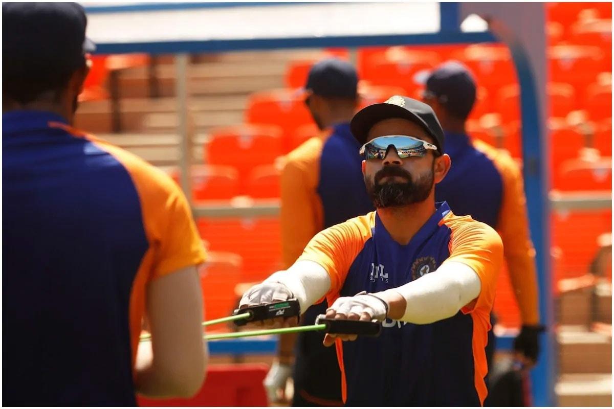 અમદાવાદ. ભારતીય ટીમ (Team India)એ બુધવારથી ઈંગ્લેન્ડની વિરુદ્ધ શરૂ થનારી ડે-નાઇટ ટેસ્ટ (India Vs England Pink Ball Test)થી પહેલા નવા મોટેરા સ્ટેડિયમ (Motera Stadium)માં સ્વિંગ લેતા પિન્ક બોલ (Pink Ball)થી પ્રેક્ટિસ કરી અને કેપ્ટન વિરાટ કોહલી (Virat Kohli)એ આ આકરા ટ્રેનિંગ સેશનની આગેવાની કરી. ઈંગ્લેન્ડે પહેલી ટેસ્ટ 227 રને જીતી હતી અને ભારતે શાનદાર વાપસી કરતાં બીજી ટેસ્ટ 317 રને જીતી સીરીઝને 1-1ની બરાબરી પર લાવી દીધી છે. (BCCI/Twitter)