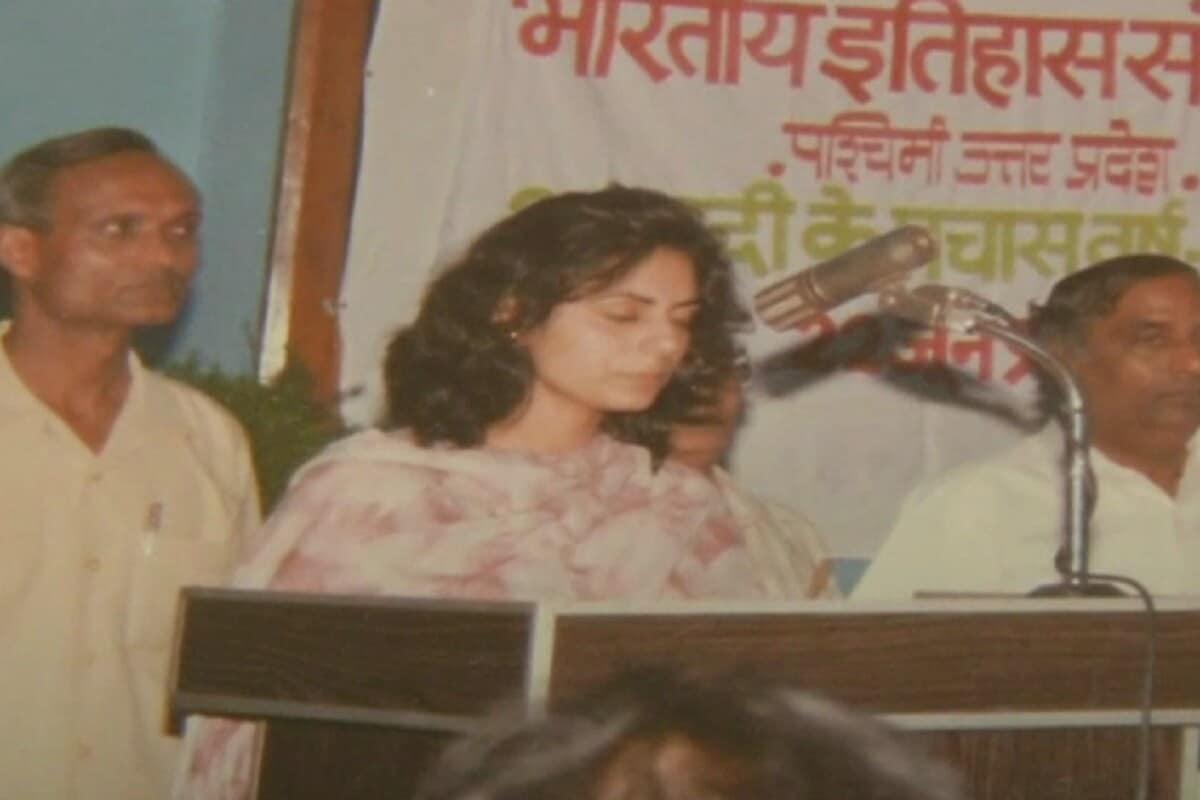 તીરથ સિંહના સાસુએ કહ્યું કે તેમની દીકરી રશ્મિ વિદ્યાર્થી કાળમાં અખિલ ભારતીય વિદ્યાર્થી પરિષદ સાથે જોડાયેલી હતી. વર્ષ 1996માં એક કાર્યક્રમમાં રશ્મિ ભાષણ આપી રહી હતી એ વખતે સ્ટેજ પર તીરથસિંહ રાવત પણ ઉપસ્થિત હતા. તીરથસિંહ રાવતે મંચ પર ભાષણ આપતી રશ્મિને સાંભળી અને થોડા દિવસ પછી માંગુ નાખ્યું