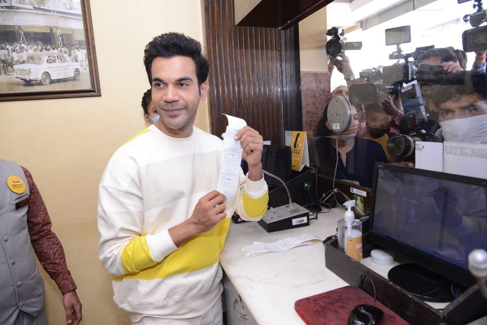 મલ્ટીપ્લેક્સ પહોંચી એક્ટર બૂકિંગ કાઉન્ટર પર પહોચ્યો જ્યાં તેણે દર્શકોને ખુદ ટિકિટ આપી હતી. (PHOTO: Viral Bhayani)