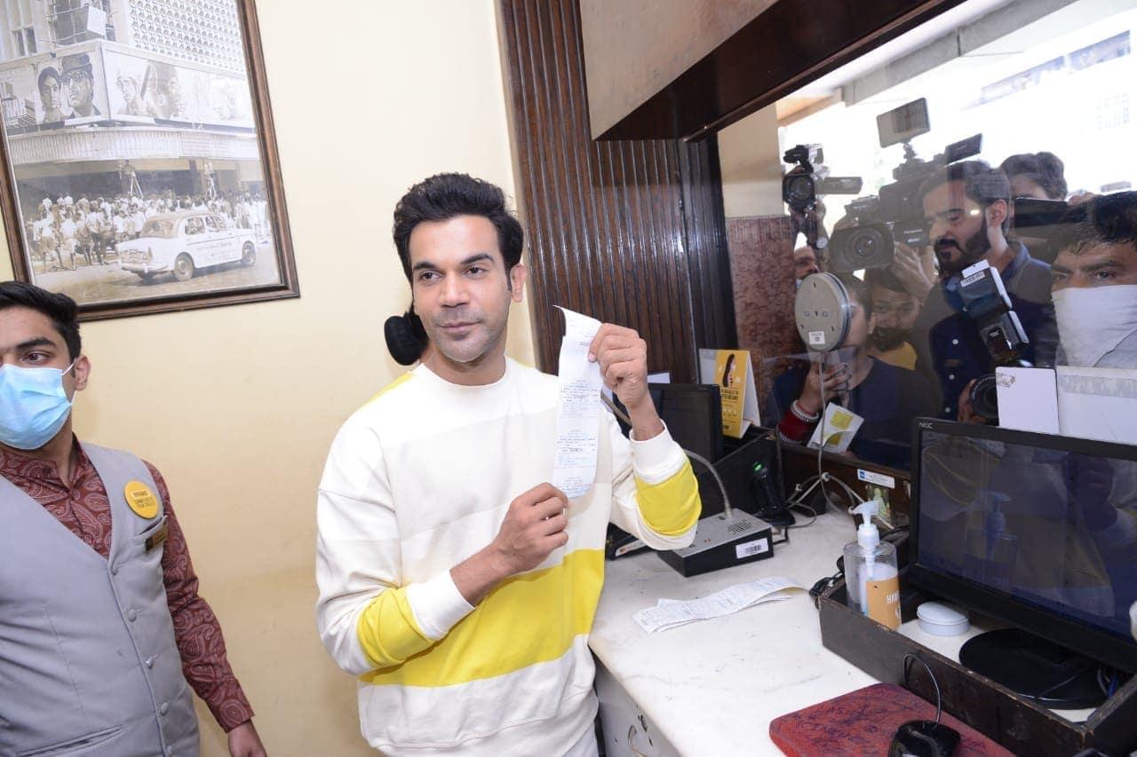 ફિલ્મ જોવા આવનારા લોકોને બૂકિંગ કાઉન્ટર પર રાજકુમાર રાવને જોઇને ખુશી થઇ હતી. ફેન્સનો ઉત્સાહ જોઇ રાજકુમાર પણ ગદ્દ ગદ્દ થઇ ગયો હતો. (PHOTO: Viral Bhayani)