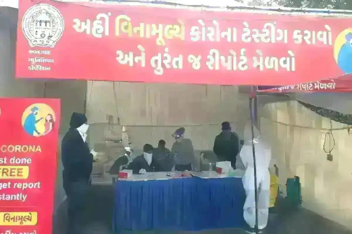 ગાંધીનગર : રાજ્યમાં (Gujarat)છેલ્લા 24 કલાકમાં કોરોના વાયરસના (Coronavirus)નવા 2360 કેસ નોંધાયા છે. જેની સામે 2004 દર્દીઓ સાજા થયા છે. છેલ્લા 24 કલાકમાં રાજ્યમાં કોવિડ-19 (Covid19)ના કારણે 9 દર્દીના મોત થયા છે. રાજ્યમાં કુલ મૃત્યુઆંક 4519 થયો છે. રાજ્યમાં સાજા થવાનો દર 94.43 ટકા છે. અત્યાર સુધીમાં 49,45,649 વ્યક્તિઓને કોરોના વેક્સીનનો (CoronaVaccine) પ્રથમ ડોઝ અને 6,65,395 વ્યક્તિઓને કોરોના વેક્સીનનો બીજો ડોઝ આપવામાં આવ્યો છે. આજે કુલ 2,21,695 વ્યક્તિઓનું રસીકરણ થયું છે. પૂર્વ કેન્દ્રીય મંત્રી દીનશા પટેલ કોરોના સંક્રમિત થયા છે.(પ્રતિકાત્મક તસવીર)