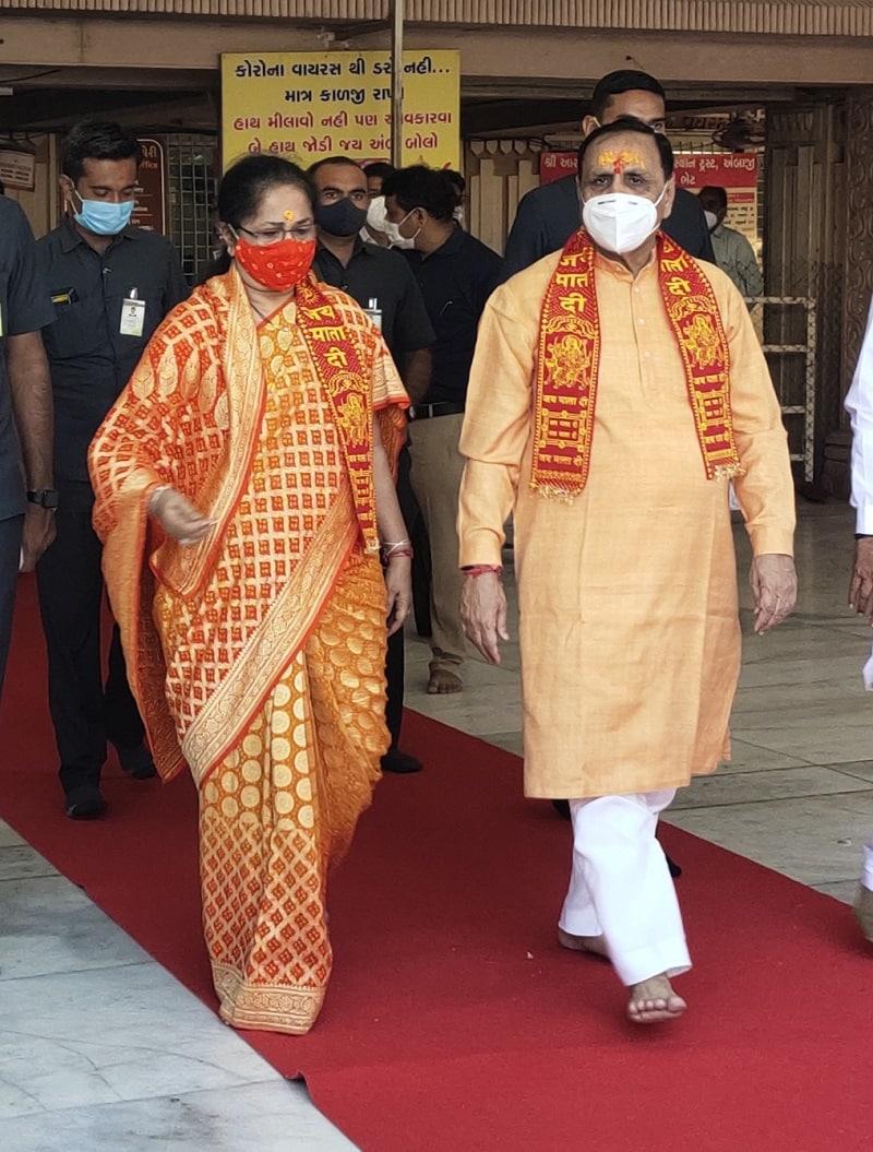 અંબાજી મંદિર દેવસ્થાન ટ્રસ્ટ દ્વારા ખેસ પહેરાવી કુમકુમ તિલક કરી સ્વાગત કરાયુ હતુ અને ત્યાર બાદ મંદિરમાં માતાજીની પૂજા અર્ચના સહિત કપૂર આરતી પણ કરી હતી અને ગુજરાત રાજ્યની 6 કરોડ જનતા સ્વસ્થ અને સતત વિકાસસીલ રહે તે માટે માતાજીને પ્રાર્થના કરી હતી. અંબાજી મંદિરમાં મંદિર ટ્રસ્ટના ચેરમેન અને કલેકટર આનંદ પટેલ દ્વારા મુખ્યમંત્રી વિજય રૂપાણીને સ્મુતિ ચિન્હ અર્પણ કર્યું હતું. ત્યારબાદ મુખ્યમંત્રી વિજય રૂપાણી માતાજીની ગાદીએ પહોંચી ભટ્ટજી મહારાજ પાસે રક્ષા પોટલી બંધાવી આશીર્વાદ મેળવ્યા હતા.