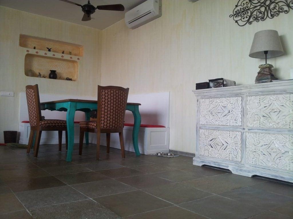 કંગનાએ ઘરની બાલકનીમાં પ્લાન્ટ્સથી સજાવ્યું છે. સાથે જ આખા ઘરનો લૂક પણ બદલાઇ ગયો છે. બાલકનીથી રાતનો નજારો પણ ઘણો જ સુંદર દેખાય છે.