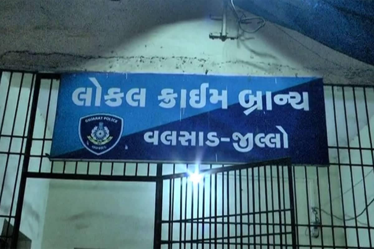 અપહરણકર્તા ગેંગે અજમવી હતી ખાસ ટેકનિક: સતત એક અઠવાડિયા સુધી વલસાડ પોલીસ અને ગુજરાત ATS સહિત મહારાષ્ટ્ર પોલીસના હાથમાં ન આવી જવાય તે માટે ચંદર સોનાર ગેંગે અપહરણના ગુનામાં કોઇ સબૂત ન છૂટે તે માટેજે ટેક્નિક અપનાવી હતી તે સાંભળી તમે પણ ચોંકી જશો. કારણ કે આ ગેંગનો મુખ્ય સૂત્રધાર ચંદન સોનાર 12 દિવસ અગાઉ અન્ય રાજ્યની પોલીસના હાથે ઝડપાઇ ચૂક્યો છે. તેણે જેલમાં બેઠાં બેઠાં જ આ અપહરણમાં શામેલ પોતાની ગેંગના સાગરીતોસુધી દોઢ લાખની રોકડ મોકલાવી હતી. તેણે આ અપહરણના કેસમાં પોતાની ગેંગના સૌથી શાતિર સાગરીત એવા પપ્પુ ચૌધરીને લીડરશીપ સોંપી હતી.