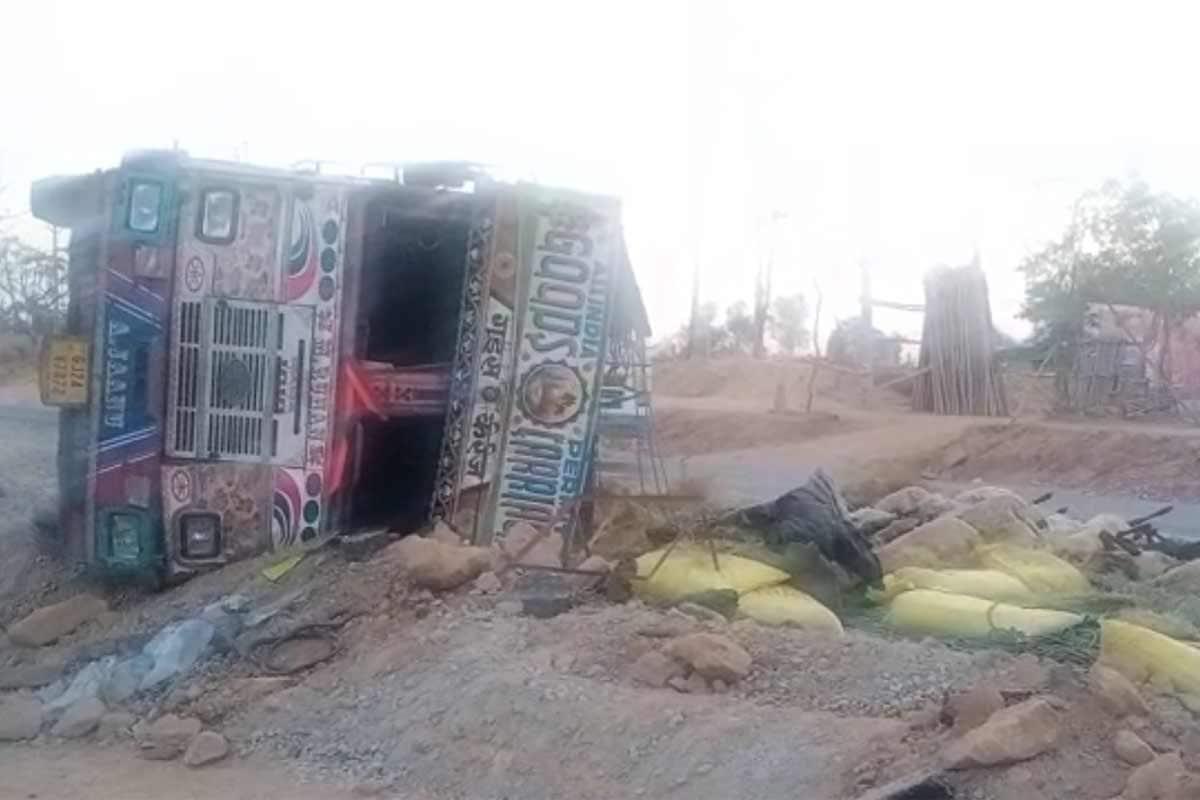 આનંદ જયસ્વાલ, બનાસકાંઠા: બનાસકાંઠામાં પાલનપુર પાસે આજે વહેલી સવારે ઘેટાં-બકરા ભરેલો ટ્રક પલટી જતા અકસ્માત સર્જાયો હતો. આ અકસ્માતમાં 38 ઘેટાં-બકરાનાં કરૂણ મોત નિપજ્યા છે. અબોલ પશુઓનાં મોતથી જીવદયા પ્રેમીઓમાં અરેરાટી વ્યાપી ગઈ હતી.