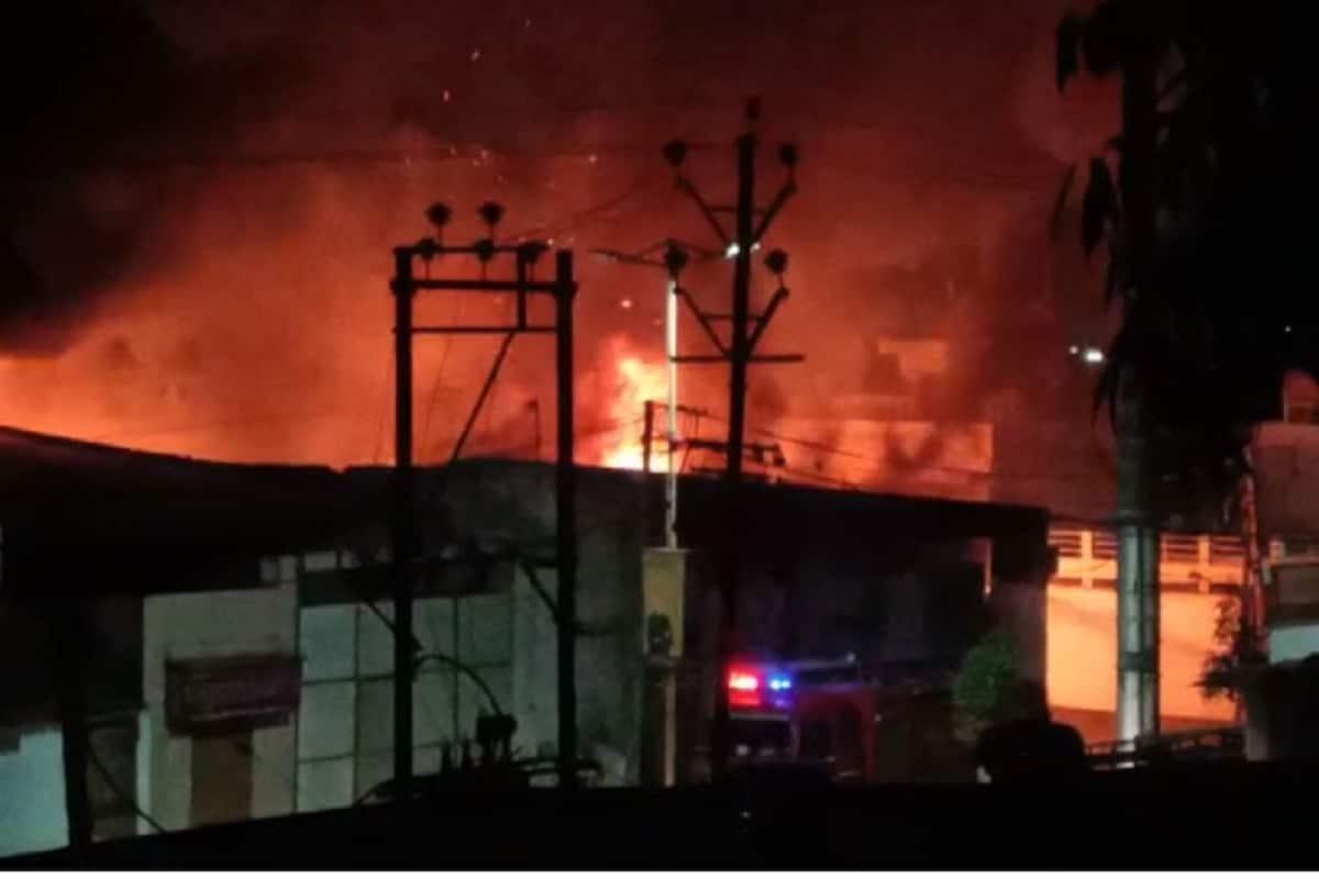 અંકિત પોપટ, રાજકોટ: રાજકોટ (Rajkot) શહેરના ભાવનગર રોડ ઉપર આવેલા ગંજીવાડા નાકા પાસે ગુજરાત સ્ક્રેપ (Gujarat Scrap) નામના ગોડાઉનમાં આગ (Fire) લાગવાનો બનાવ સામે આવ્યો છે. આગ લાગી હોવાની ઘટનાની જાણ થતા રાજકોટ મનપાના ફાયર ફાઈટરનો કાફલો ઘટનાસ્થળે દોડી ગયો હતો. ફાયર ફાઈટરના અધિકારીઓ દ્વારા ઘટના સ્થળ પર પહોંચી પાણીનો મારો ચલાવવામાં આવ્યો હતો. ત્યારે કલાકોની જહેમત બાદ આગ કાબૂમાં આવી હતી. સ્ક્રેપના ગોડાઉનમાં આગ કયા કારણોસર લાગી છે તે હજી સુધી સામે નથી આવ્યું. તો બીજી તરફ આગજનીના બનાવના કારણે લાખો રૂપિયાનો નુકસાન થયા હોવાના સમાચાર પણ સામે આવ્યા છે. પરંતુ સદનસીબે કોઇ જાનહાનીના સમાચાર આવ્યાં નથી.
