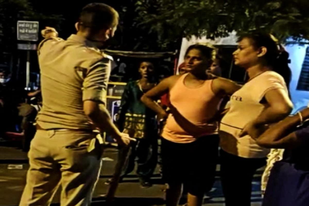 કિર્તેશ પટેલ, સુરત : સુરતમાં કોરોના વાઇરસે માઝા મૂકી છે. રાજ્યના સૌથી વધુ કેસ શહેરમાંથી નોંધાઈ રહ્યા હોવાના કારણે અહીંયા રાત્રિ કર્ફ્યૂનું કડક પાલન કરાવવામાં આવી રહ્યું છે. રાત્રિના 9.00 વાગ્યાથી રાત્રિ કર્ફ્યૂની જાહેરાત કરવામાં આવી છે. દરમિયાનમાં ગઈકાલે આ રાત્રિ કર્ફ્યૂમાં શહેરના કતારગામ વિસ્તારની ચેકપોસ્ટ પર શરમજનક દૃશ્યો સર્જાયા હતા. અહીંયા કિન્નરોને પોલીસે અટકાવતા તમામ મર્યાદાઓ વટાવી અને પોલીસને પણ બક્ષી નહોતી.