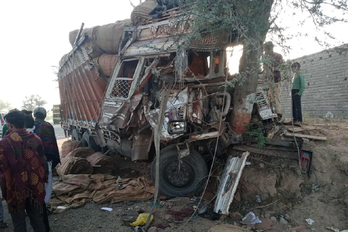 આનંદ જયસ્વાલ, બનાસકાંઠા: બનાસકાંઠામાં (Banaskantha) લુન્દ્રા કેનાલ પાસે આજે વહેલી સવારે ટ્રેક્ટર અને ટ્રક (Tarctor Truck Accident) સામસામે ધડાકાભેર અથડાતા ગોઝારો અકસ્માત (Accident) સર્જાયો હતો. અકસ્માતમાં ટ્રક ચાલકનું ઘટના સ્થળે કરૂણ મોત નીપજયું હતું. બનાવને પગલે દિયોદર પોલીસ ઘટનાસ્થળે પહોંચી આગળની કાર્યવાહી હાથ ધરી છે.