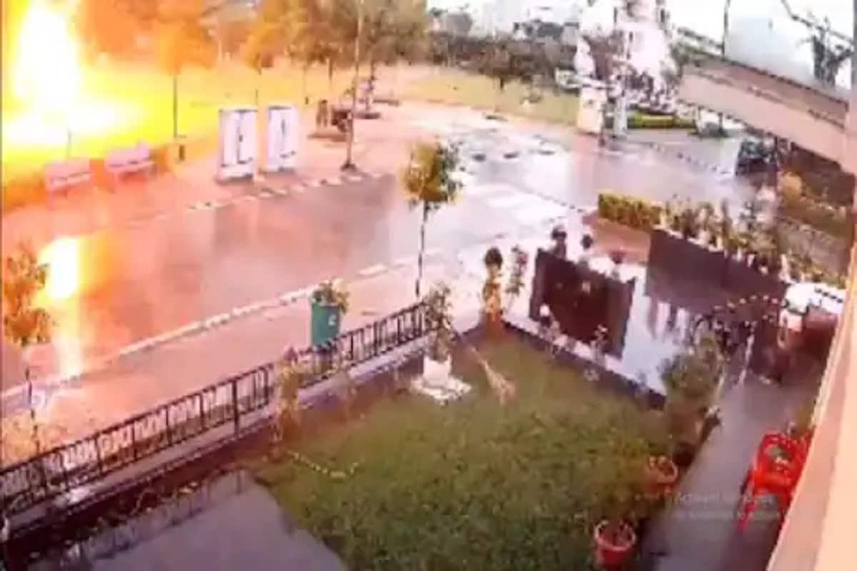 વરસાદથી બચવા ઝાડ નીચે ઉભા હતા ચાર લોકો, અચાનક વીજળી પડી અને... જુઓ Live Video