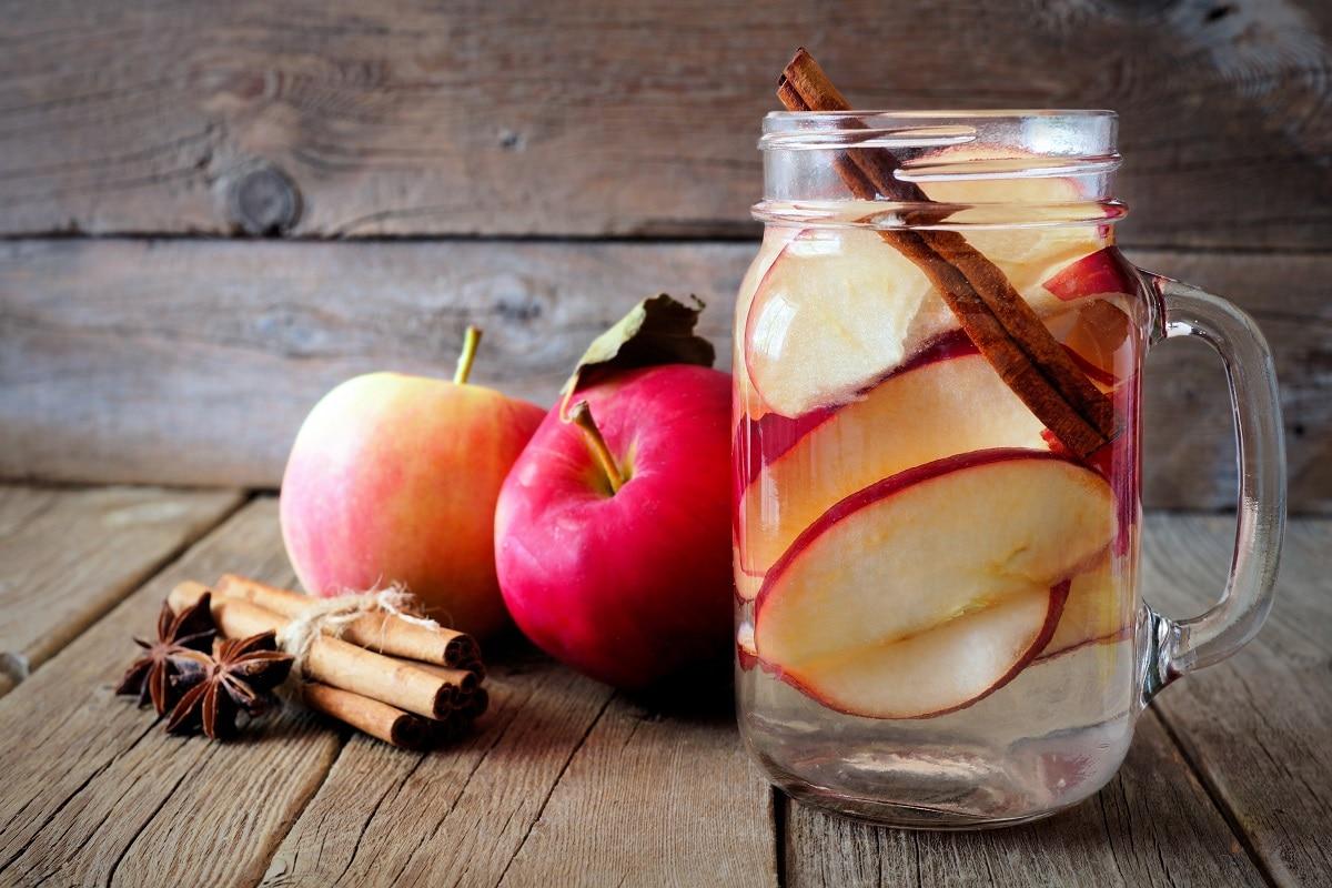 એપલ સિનેમન ડિટોક્સ વોટર - સફરજનની અમુક સ્લાઈસ અને સિનેમન એટલે કે તજના ટુકડા અડધા લીટર પાણીમાં ભેળવો. તેમાં સ્વાદ અનુસાર લીંબુનો રસ નાખી 4 કલાક માટે તેને ફ્રીજમાં મુકી દો. સવારે ખાલી પેટ તેનો ઉપયોગ કરો. તેનું સતત સેવન કરવાથી અનેક બીમારીઓ દૂર રહે છે. એપલ ડિટોક્સ વોટરથી કીડનીની ગંદકી પણ સાફ થાય છે અને કિડનીનું ફંક્શન પણ સારૂ થાય છે. સિનેમન એટલે કે તજથી શરીરના ટોક્સિન્સ દૂર થાય છે. (તસવીર: Shutterstock)