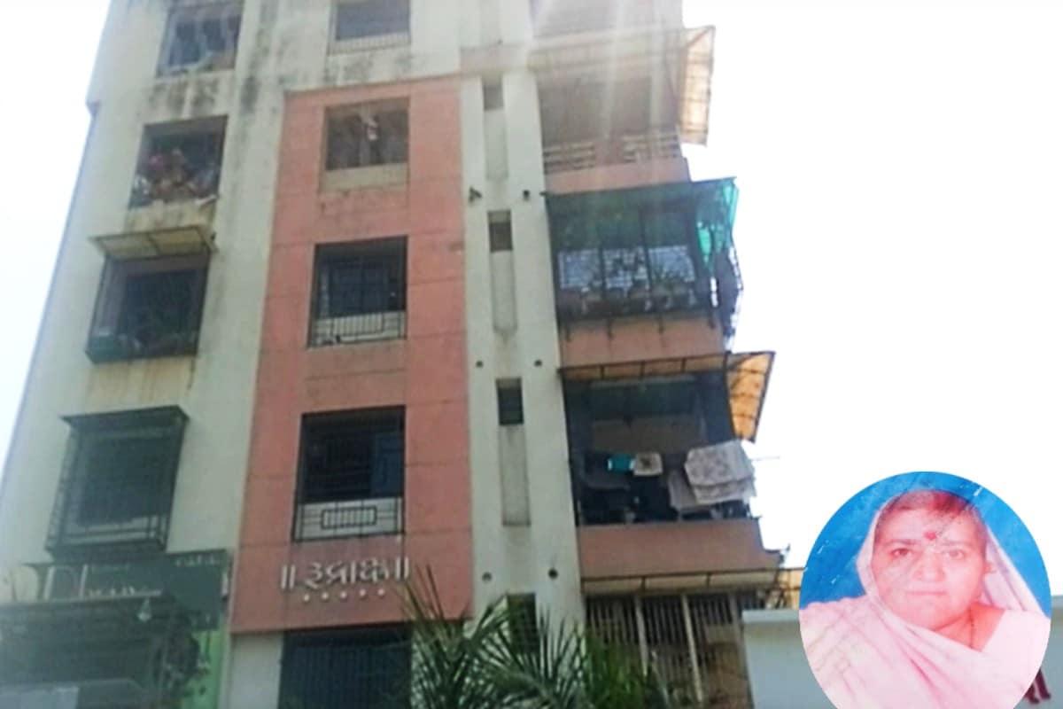 કિર્તેશ પટેલ, સુરત : સુરતમાં (Surat) સતત આપઘાતની (Suicide) ઘટના સામે આવી રહી છે. ત્યારે આજે કતારગામ (Katargam) વિસ્તારમાં આવેલ એક 70 વર્ષની આધેડ મહિલા ત્રીજા (Jumped from Third floor) માળેથી નીચે પટકાવાને લઈને તેનું મોત થયું હતું. જોકે આ ઘટનાનાં પગલે સમગ્ર વિસ્તારમાં ચકચાર મચી જવા પામી હતી જોકે આ મહિલાએ આપઘાત કર્યો છે કે અકસ્માત થતા નીચે પડી છે તેને લઈને અનેક તર્ક વિતર્ક થઈ રહ્યા છે.