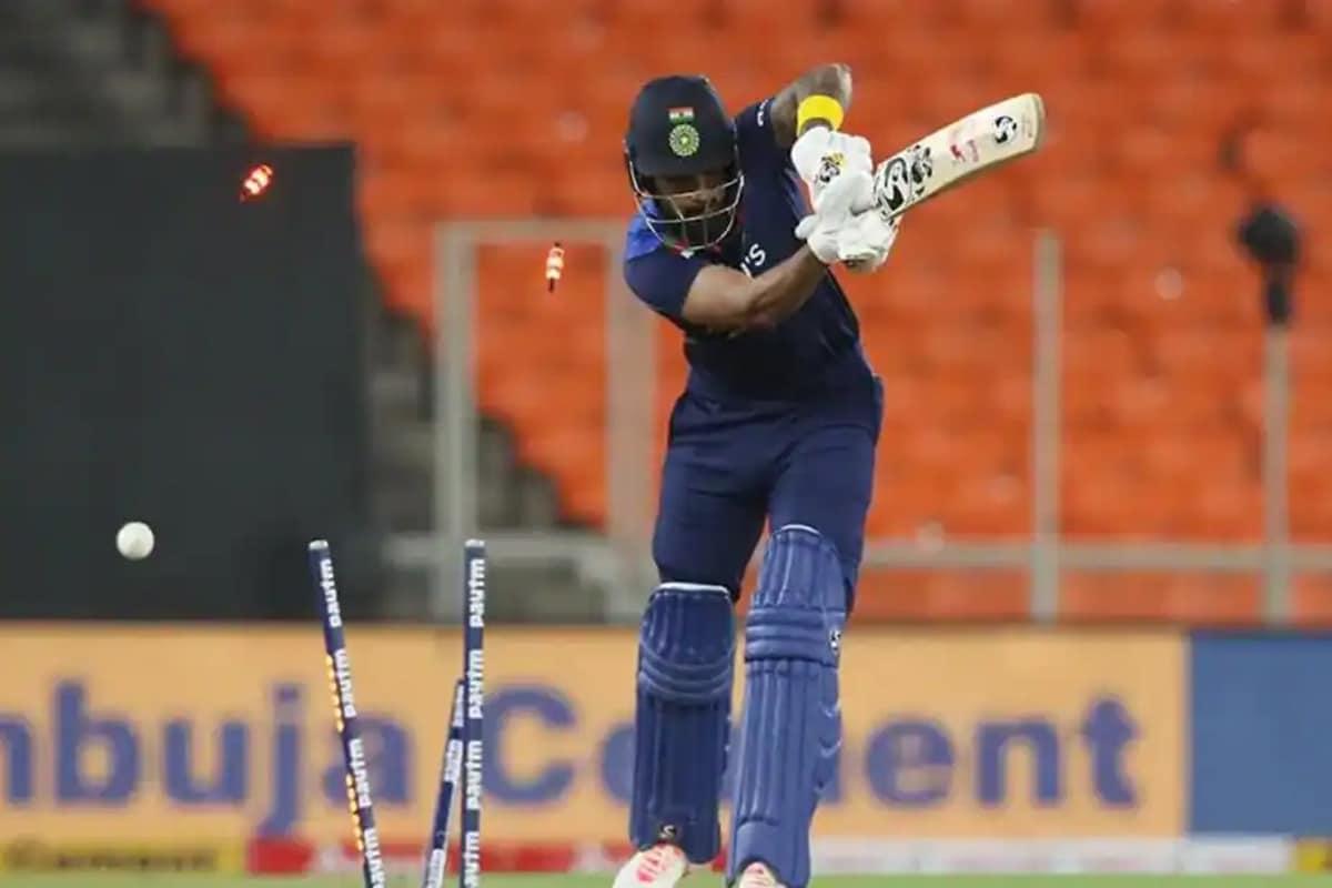 અમદાવાદ. ટીમ ઈન્ડિયા (Team India)ના બેટ્સમેન ટી20 સીરીઝ (India vs England)માં અત્યાર સુધી ખુલીને બેટિંગ (Batting) નથી કરી શક્યા. ટેસ્ટ સીરીઝની અંતિમ બંને મેચો પણ નરેન્દ્ર મોદી સ્ટેડિયમ (Narendra Modi Stadium)માં જ રમાઈ હતી. તેમાં પણ ટીમ માત્ર એક વાર 300થી વધુનો સ્કોર કરી શકી હતી. પાંચ મેચોની ટી20 સીરીઝમાં ઈંગ્લિશ ટીમ 2-1થી આગળ છે. જો ગુરુવારે રમાનારી મેચને ઈંગ્લિશ ટીમ (England) જીતી લે છે તો સીરીઝ પર કબજો કરી લેશે. ઈંગ્લિશ ટીમ સીરીઝ જીતીને ભારતમાં નવો રેકોર્ડ બનાવવા આતુર છે.