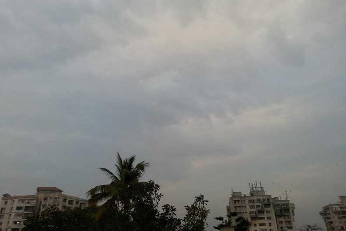 ગુજરાતમાં (Gujarat) ઘણાં દિવસથી કાળઝાળ ગરમી પડી છે જેના કારણે લોકો ત્રાહિમામ પોકારી રહ્યા હતા. ત્યારે રાજ્યના અનેક વિસ્તારોમાં વાતાવરણમાં પલટો આવ્યો છે. રાજ્યનાં અમરેલી, સાબરકાંઠા, પાટણ, પંચમહાલ, ડાંગ જિલ્લામાં વાતાવરણમાં પલટો આવી જતા વાદળ (rainy clouds) છવાઇ ગયા હતા. જેના કારણે જગતના તાતની ચિંતા વધી ગઇ છે. જો વરસાદ પડે તો ખેતરોમાં (farm) ઉભા ધંઉના પાકને નુકસાન જવાની ખેડૂતોમાં (Farmer) ભીતી છવાઇ છે.