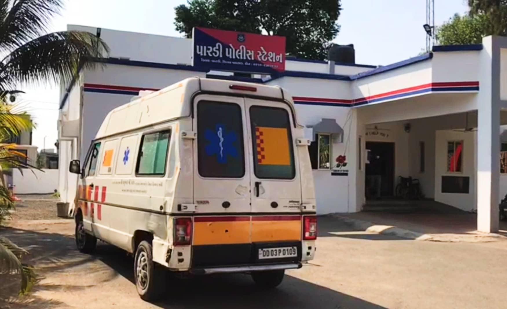 મહત્વપૂર્ણ છે કે દારૂના ગેરકાયદેસર ધંધા માં મોટી કમાણીને કારણે અત્યાર સુધી દમણમાંથી ગુજરાતમાં દારૂની હેરાફેરી કરતા કેટલાક સરકારી કર્મચારીઓ ,ખુદ પોલીસ કર્મીઓ પણ ઝડપાઇ ચૂકયા છે ત્યારે હવે સરકારી હોસ્પિટલની એમ્બ્યુલન્સ માંથી પણ દારૂની હેરાફેરી થતી હોવાનું બહાર આવતાં મામલાને ગંભીરતાથી લઇ વલસાડ જિલ્લાની પારડી પોલીસે ઊંડાણપૂર્વક તપાસહાથ ધરી છે.