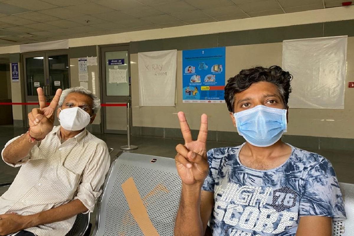 દીપિકા ખુમાણ, અમદાવાદ : સિવિલ હોસ્પિટલની કોરોના ડેડીકેટેડ 1200 બેડ હોસ્પિટલની ઉમદા સારવાર અને તબીબોના અથાગ મહેનતના કારણે પિતા-પુત્રની બેલડીએ કોરોનાને મ્હાત આપી છે. કોરોનાની બીજી લહેરમાં કોરોનાનું સંક્રમણ તીવ્ર બન્યું છે. સંક્રમિત થયા બાદ ખૂબ જ ટૂંકા ગાળામાં વાયરસનો ફેલાવો ફેફસા સુધી પહોંચીને નુકસાન પહોંચાડવાનું શરૂ કરે છે.