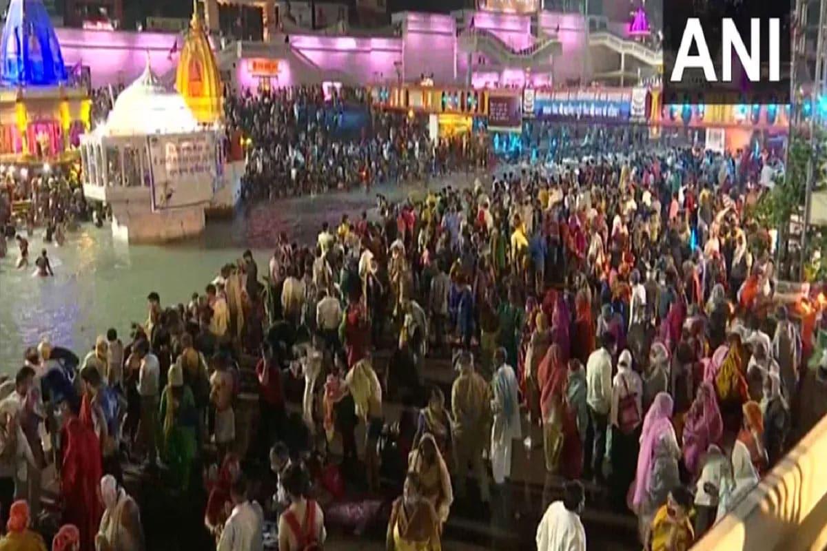 હરિદ્વાર. કુંભ મેળા (Haridwar Kumbh Mela)માં લાખો શ્રદ્ધાળુ દેશ-વિદેશથી આવી રહ્યા છે. આ ભીડને નિયંત્રિત કરવા માટે હજારોની સંખ્યામાં સુરક્ષાકર્મીઓની તૈનાતી કરવામાં આવી છે. સોમવારે શાહી સ્નાન (Mahakumbh Shahi Snan 2021)કરવા માટે ગંગા ઘાટ (Ganga Ghat) પર ભક્તોની ભારે ભીડ ઉમડી પડી છે. સવારથી જ હરિદ્વારમાં હર કી પૌડી પર લોકો ગંગા નદી (Ganga River)માં પવિત્ર સ્નાન કરવા માટે આવી રહ્યા છે. કોરોના ગાઇડલાઇન્સ (Corona Guidelines)નું જાહેરમાં ઉલ્લંઘન થઈ રહ્યું છે.
