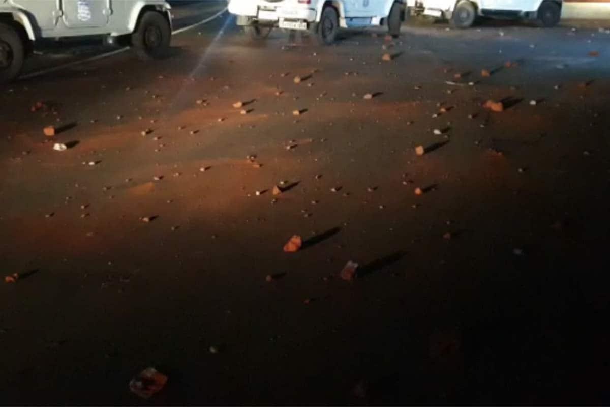 નવસારી: નવસારીમાં પોલીસ (Navsari police) પર પથ્થરમારા (Stone pelting)ની ઘટના સામે આવી છે. મળતી માહિતી પ્રમાણે નવસારી જિલ્લાના ગણદેવી તાલુકાના કાછોલી ગામ (Kachholi village) ખાતે કેરી (Mango) ચોરવા જેવી સામાન્ય બાબતમાં જૂથ અથડાણ થઈ હતી. બબાબ કરી રહેલા ટોળાને શાંત કરવા માટે પોલીસ પહોંચી હતી. જોકે, ટોળાએ પોલીસ પર જ હુમલો કરી દીધો હતો. ટોળાના પથ્થરમારામાં પીએસઆઈ, ડીવાયએસપી અને અન્ય પોલીસકર્મીઓ ઘાયલ થયા છે. પોલીસ પર પથ્થરમારાના સીસીટીવી ફૂટેજ પણ સામે આવ્યા છે.