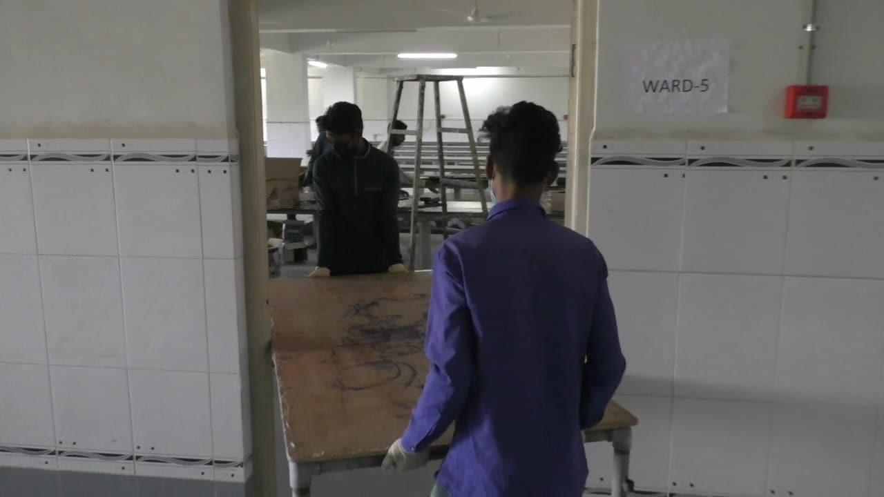 200 બેડોની વ્યવસ્થા ધરાવતી જીજી હોસ્પિટલની ત્રણ વિંગમાં જામનગર શહેર અને જિલ્લા ઉપરાંત મોરબી રાજકોટ જૂનાગઢ પોરબંદર દ્વારકા સહિતના સૌરાષ્ટ્રભરના અનેક જિલ્લાઓ માંથી કોરોના પોઝિટિવ દર્દીઓ મોટી સંખ્યામાં અહીં સારવાર માટે કોરોના પોઝિટિવ દર્દીઓ આવી રહ્યા છે ત્યારે માળખાકીય સુવિધા પણ ખૂટી રહી હોય તેવા દ્રશ્યો સામે આવી રહ્યા છે.