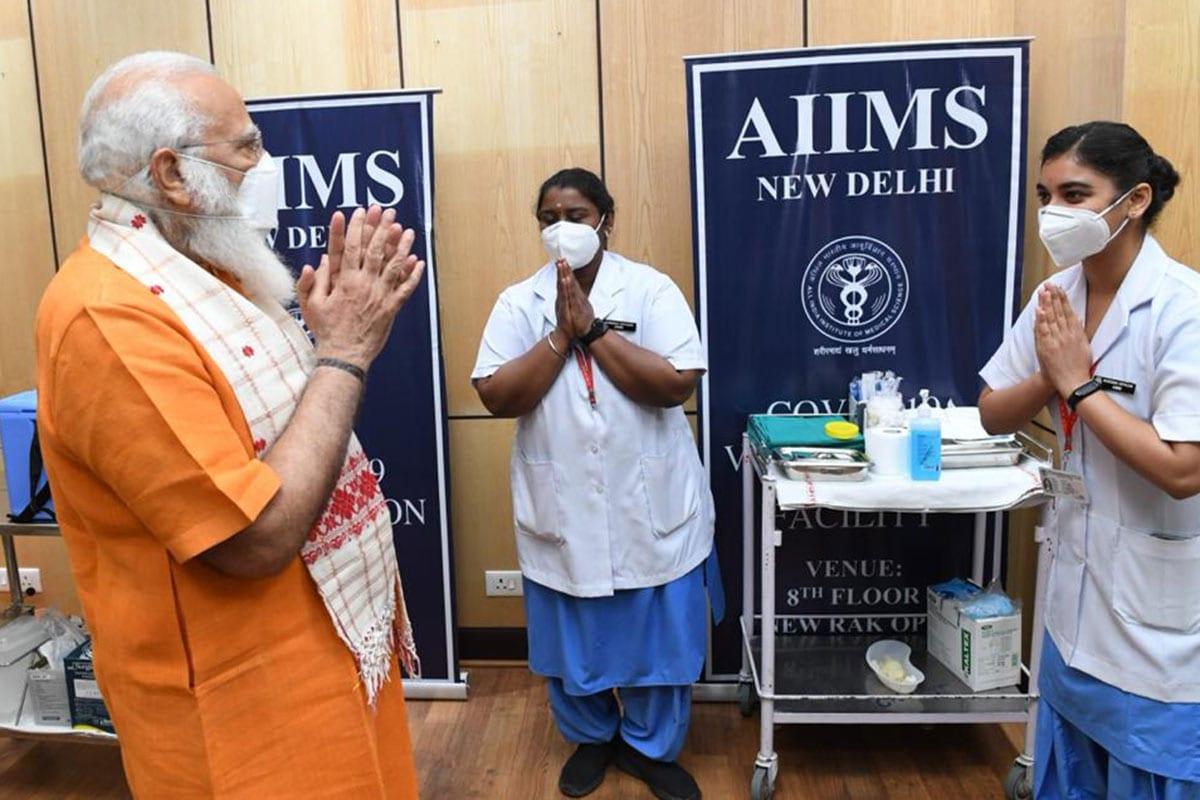 """ઉલ્લેખનીય છે કે પીએમ મોદીને પ્રથમ ડોઝ પોન્ડુચેરી (Puducherry)ની સિસ્ટર નિવેદાએ આપ્યો હતો. હાલમાં નિવેદા ઇન્ફેક્શન કંટ્રોલ કમિટીમાં કામ કરી રહી છે. પીએમ મોદીને બીજો ડોઝ આપતી વખતે નિવેદા પણ હાજર રહી હતી. નિવેદાએ સિસ્ટર નિશા શર્માને માર્ગદર્શન આપ્યું હતું. બીજો ડોઝ આપ્યા બાદ નિવેદાએ જણાવ્યું હતું કે, """"પીએમ મોદી સાથે મળવાનો બીજો મોકો મળ્યો એ મારું સૌભાગ્ય છે. તેમને મળીને ખૂબ આનંદ થયો. તેઓએ અમારી સાથે તસવીર પણ લીધી હતી."""""""