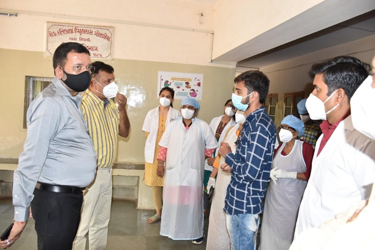 પંકજ શર્મા, અમદાવાદ: આણંદ (Anand) નજીક ચિખોદરા ગામ (chikhodara village) પાસે આવેલી પૂ.રવિશંકર મહારાજ આંખની હોસ્પિટલમાં (eyes hospital) હાલ કોરોના સંક્રમણ (coronavirus) સમયે ઓક્સિજનની (oxygen) સુવિધા સાથેના 53 બેડ સાથેની હોસ્પિટલમાં પરિવર્તન કરવામાં આવ્યું હતું. જિલ્લા કલેક્ટર (District Collector) આર.જી.ગોહિલ અને સાંસદ મિતેષભાઈ પટેલે આજે આ હોસ્પિટલની મુલાકાત લઈ સુવિધાઓનું નિરીક્ષણ કર્યુ હતુ.