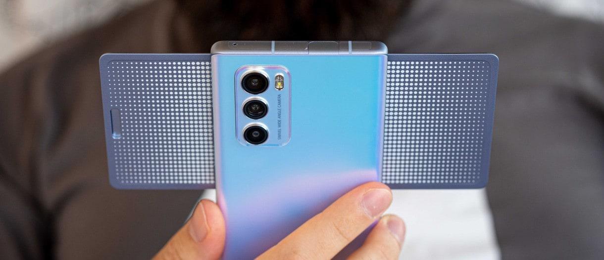 સેલ્ફી માટે, આ ફોનના ફ્રન્ટમાં ગ્રાહકોને 32 મેગાપિક્સલનો પોપ-અપ કેમેરો આપવામાં આવ્યો છે. ફોનમાં પાવર આપવા માટે આ સ્માર્ટફોનમાં 4000 mAhની બેટરી છે. ઝડપી ચાર્જિંગ માટે, આ ફોનમાં ક્વિક ચાર્જ 4.0 ફાસ્ટ ચાર્જિંગ ટેક્નોલોજીનો સપોર્ટ છે.