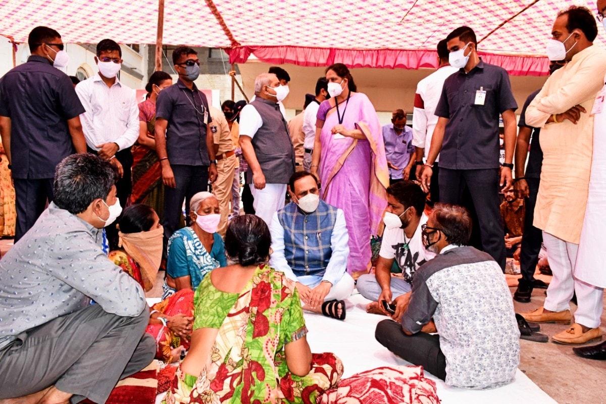 કિંજલ કારસરીયા, જામનગર: જામનગરની મુલાકાતે આવેલા મુખ્યમંત્રી વિજય રૂપાણીની જામનગરમાં સંવેદનશીલતા જોવા મળી છે. ગુરુ ગોવિંદસિંહ હોસ્પિટલની મુલાકાત દરમિયાન મુખ્યમંત્રીએ દર્દીઓના સગાઓને હિંમત આપી, રાજ્ય સરકાર હંમેશા દર્દીઓની પડખે છે. તેમ જણાવી હિંમત આપી હતી. ડોક્ટર અને નર્સિંગ સ્ટાફની કામગીરીને દાદ આપી હતી. મુખ્યમંત્રી જમીન પર દર્દીઓનાં સગા સાથે પલાઠી વાળીને બેસી ગયા હતા અને તેમને હૂંફ આપી હતી. ખરેખર જે કામ સ્થાનિક નેતાઓએ કરવું જોઈએ તે કામ મુખ્યમંત્રીએ કરી અને રાજયભરના જનપ્રતિનિધીઓને આડકતરો સંદેશો આપ્યો હતો કે આવી રીતે પ્રજાની વચ્ચે રહેવું જરૂરી છે.