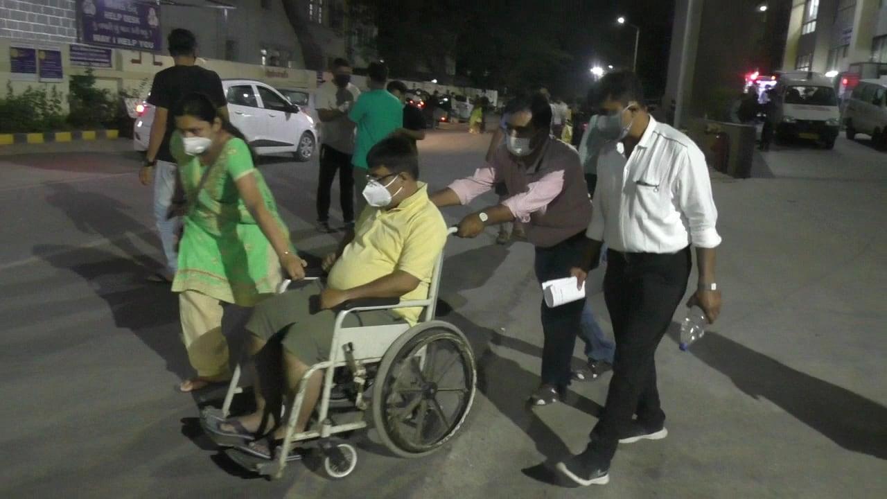 સૌરાષ્ટ્રના રાજકોટ, મોરબી સહિતના અન્ય જિલ્લાઓમાં થઈ રહેેેેલા કોરોના વિસ્ફોટને લઈને જામનગરની જી.જી.હોસ્પિટલમાં દર્દીઓનો રીતસરનો રાફડો ફાટયો છે. રાત્રિના એમ્બ્યુલન્સ નહીં મળતા ખાનગી વાહનોમાં પણ લોકો સારવાર માટે જામનગર આવી રહ્યા છે.