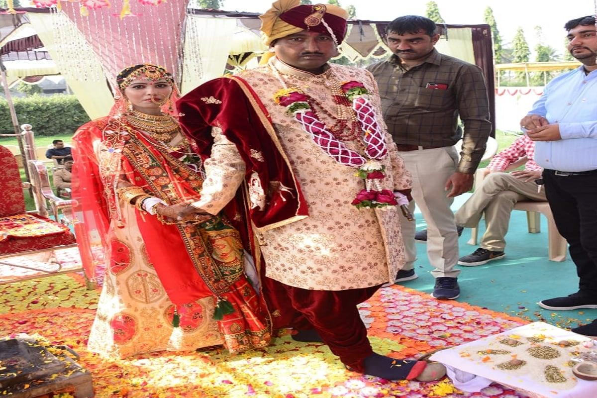 અને લગ્ન પેટે 1.65 લાખ રૂપિયા આ તમામ વ્યક્તિ કામરેજ આવ્યા હતા ત્યારે તે દિવસે લઈ ગયા હતા ત્યારબાદ આ તમામ વ્યક્તિ પોતાના ઘરે જતાં રહ્યા હતા અને 21 જાન્યુઆરીના રોજ નરેશ અને પ્રજ્ઞાના સામાજિક રીતિરિવાજ મુજબ લગ્ન કરવામાં આવ્યા હતા.