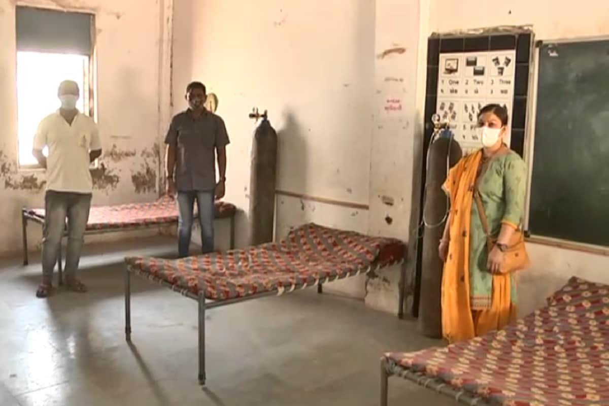 કેતન પટેલ, મહેસાણા : મહેસાણા જિલ્લામાં સતત કોરોના પોઝિટિવ કેસમાં વધારો નોંધાઈ રહ્યો છે ત્યારે હાલમાં હોસ્પિટલોમાં દર્દીઓ ઉભરાઈ રહ્યા છે. અને હાલમાં મહેસાણા જિલ્લામાં અનેક જગ્યાએ ઓક્સિજનની કમી વર્તાઈ રહી છે. બીજી તરફ હાલમાં બેડ પણ મળી રહ્યા નથી અને હાલમાં ગ્રામ્ય કક્ષાએ વધતા કોરોના કેસના દર્દીઓને સ્થાનિક કક્ષાએ જ ઓક્સિજન બેડની સુવિધા મળી રહે તે માટે મહેસાણાના તરેટી ગામની શાળામાં જ હોસ્પિટલ જેવી સુવિધા ઉભી કરવામાં આવી છે. ઉલ્લેખનીય છે કે, હાલમાં સ્કૂલો બંધ છે અને સ્કૂલોમાં આપવામાં આવતું શિક્ષણ કાર્ય પણ હાલમાં બંધ છે.