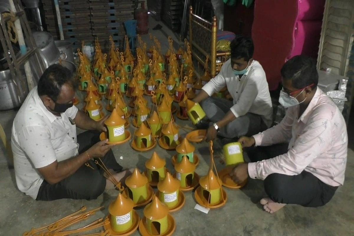 કિંજલ કારસરીયા, જામનગર: કોરોનાની મહામારી (coronavirus pandemic) વચ્ચે જામનગરમાં (jamnagar) સેવાભાવી યુવાનો દ્વારા અબોલ પક્ષીઓ માટે માળાઓ ની વિનામૂલ્યે વ્યવસ્થા કરવામાં આવી રહી છે. જામનગર શહેરમાં અત્યાર સુધીમાં 300 જેટલા પક્ષીઓના માળા અનેક જગ્યાઓએ સેવાભાવી યુવાનોએ જાતે જઈને લગાવ્યા છે.કોરોનામા અનેક લોકો ધંધા-રોજગાર બંધ હોવાથી ઘરે પડ્યા રહે છે. ત્યારે જામનગરમાં કેટલાક સેવાભાવી અને માનવતાવાદી યુવાનો એ અબોલ પક્ષીઓ માટેે વિચારી અનોખો સેવાયજ્ઞ શરૂ કર્યો છે.