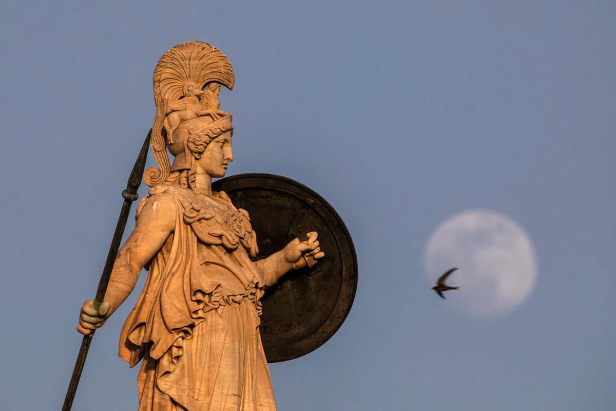 ગ્રીસના એથેન્સમાં ચંદ્રગ્રહણનો સુંદર નજારો. (Photo: AP)