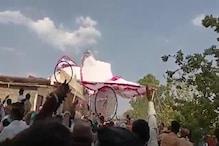 છોટાઉદેપુર : વાવાઝોડામાં મંડપની સાથે યુવાનો પણ ઉડ્યા, મકાનની છત પર જઈ પટકાયા - Video