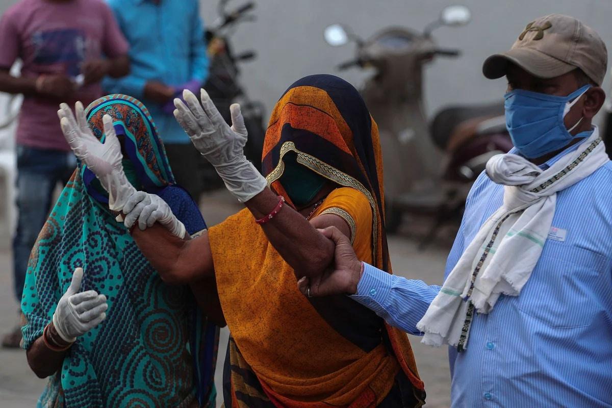 ગુજરાતની વાત કરીએ તો, 24 કલાકમાં કોરોના વાયરસના નવા 12,545 કેસ નોંધાયા છે. જેની સામે 13021 દર્દીઓ સાજા થયા છે. આમ સતત બીજા દિવસે કોરોનાની સાજા થનાર દર્દીઓની સંખ્યામાં વધારો થયો છે. 24 કલાકમાં રાજ્યમાં કોવિડ-19ના કારણે 123 દર્દીના મોત થયા છે. રાજ્યમાં કુલ મૃત્યુઆંક 8035 થયો છે. રાજ્યમાં સાજા થવાનો દર 75.92 ટકા છે. અત્યાર સુધીમાં 1,01,60,781 વ્યક્તિઓને કોરોના વેક્સીનનો પ્રથમ ડોઝ અને 28,69,476 વ્યક્તિઓને કોરોના વેક્સીનનો બીજો ડોઝ આપવામાં આવ્યો છે. આજે કુલ 1,86,774 વ્યક્તિઓનું રસીકરણ થયું છે. (પ્રતીકાત્મક તસવીર)