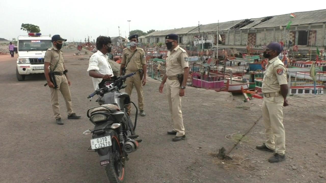 ખાસ જામનગરના દરિયાકિનારે મરીન પોલીસ દ્વારા મરીન કમાન્ડોની ટુકડીઓ દ્વારા રામદાસનો પેટ્રોલિંગ પણ વધારી દેવાયું છે. આ ઉપરાંત પોર્ટ પર લોકોને આવતા જતા પણ અટકાવવામાં આવી રહ્યા છે. ખાસ તૌક્તે વાવાઝોડાની આગાહીને પગલે તકેદારીના તમામ પગલાઓ તંત્ર દ્વારા લેવાઈ રહ્યા છે અને તંત્ર હાઈ એલર્ટ પર છે.