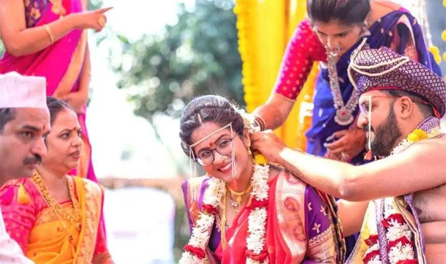 "Humans of Bombay સાથે વાતચીત કરતા શાર્દુલે જણાવ્યું હતું કે, ""સપ્ટેમ્બર, 2020 કે જ્યારે કોરોનાનું પ્રથમ મોજું સમી ગયું હતું ત્યારે અમે અમારા લગ્નની તૈયારી શરૂ કરી હતી. આ સમયે મેં વાતવાતમાં તનુજાને કહ્યું હતું કે આપણે બંને સમાન છીએ તો શા માટે તું એકલી જ મંગળસૂત્ર પહેરીશ? હું પણ મંગળસૂત્ર પહેરીશ! મારા માતાપિતા મારા નિર્ણયથી ખૂબ આશ્ચર્યચકિત હતા. સંબંધીએ પૂછી રહ્યા હતા કે તું આવું શા માટે કરવા માંગે છે? મેં તેમને કહ્યું હતું કે મારા માટે લગ્ન એ સમાનતા છે. સામાન્ય રીતે છોકરીના પરિવાર પર લગ્નના ખર્ચનો બોઝ આવે છે. મેં તનુજાને કહ્યું હતું કે, હું લગ્ન ખર્ચમાં પણ અડધો ભાગ આપીશ!""(તસવીર સૌજન્ય: Humans of Bombay)"