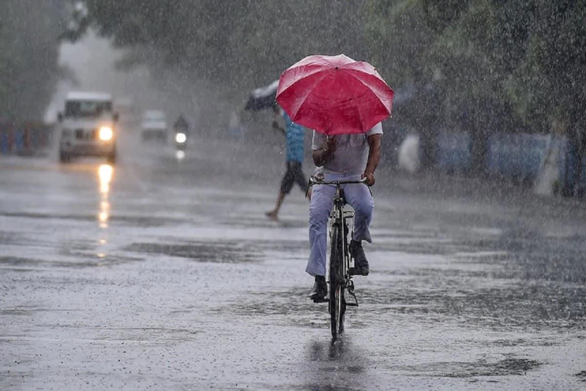 Gujarat Weather Forecast: ગુજરાતમાં સૌરાષ્ટ્રને મેઘરાજાએ (Gujarat Monsoon) તરબોળ કરી નાખ્યું. કેટલાક વિસ્તારોમાંથી અછતની સમસ્યા દૂર થઈ તો તો જામનગર અને રાજકોટ જિલ્લામાં વરસાદે કહેર મચાવ્યો. જોકે, તબાહીની વચ્ચે પણ શ્રીકાર વર્ષાએ (Gujarat Rains) હજારો હેક્ટર જમીનને નવજીવન આપ્યું. ડેમ ઓવરફલો થઈ રહ્યા છે તો લોકો સાથે ખેડૂતોને રાહત મળી રહી છે. દરમિયાન આજથી પાંચ દિવસ માટે હવામાન (Gujarat Weather Warning for Five Days) વિભાગ દ્વારા ફરી વરસાદની આગાહી કરવામાં આવી છે. હવામાન (Gujarat Weather Alert) વિભાગની આગાહી મુજબ 19-23 સપ્ટેમ્બર દરમિયાન રાજ્યમાં સારા (19-23 September Gujarat Rains) વરસાદની શક્યતા છે. જોકે, હવે વારો ઉત્તર ગુજરાત અને દક્ષિણ ગુજરાતનો આવે તેવી વકી છે.