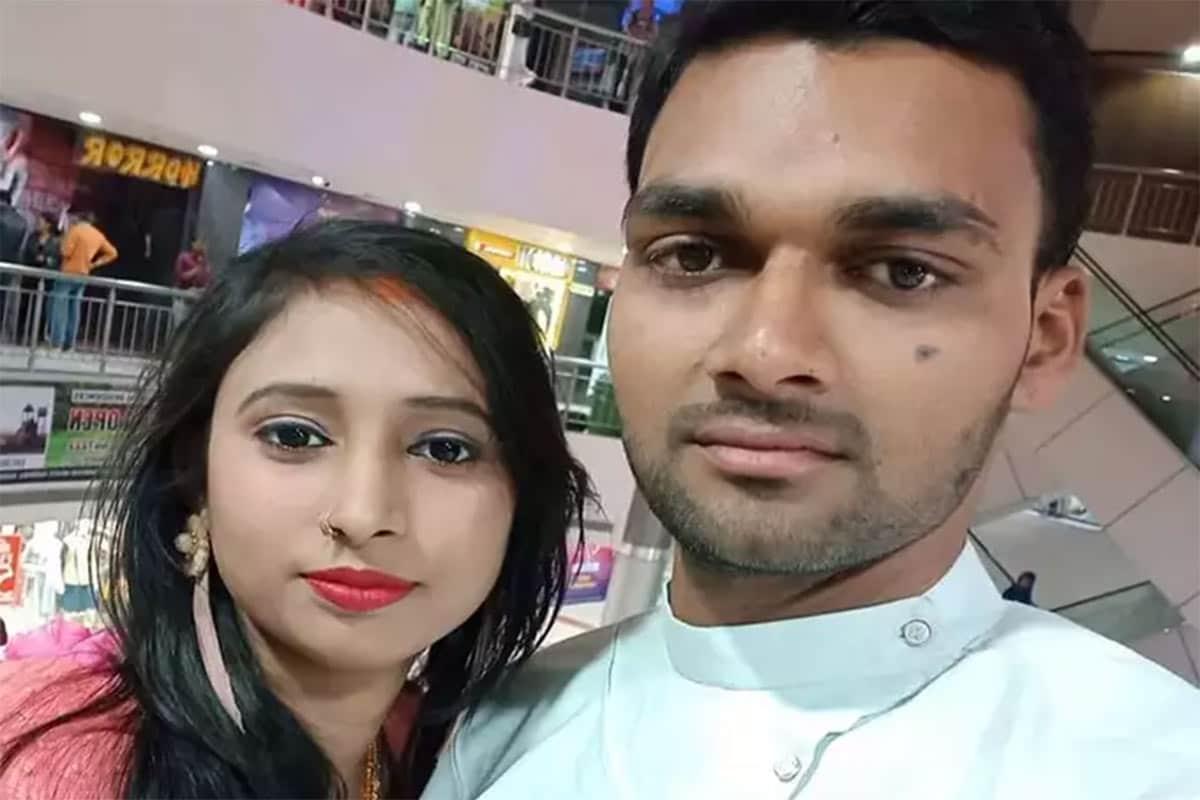 પ્રયાગરાજ: ઉત્તર પ્રદેશના પ્રયાગરાજ (Prayagraj news)ના નૈનીમાં હચમચાવી દેતો બનાવ બન્યો છે. અહીં એક યુવાન દંપતી (Neha-Shivam suicide)એ આપઘાત કરી લીધો છે. ઘરના રૂમમાંથી બંનેનો લટકતી હાલતમાં મૃતદેહ મળી આવ્યો છે. પોલીસે રૂમનો દરવાજો તોડીને મૃતદેહને નીચે ઉતાર્યાં હતા અને પોસ્ટ મોર્ટમ માટે મોકલી આપ્યા હતા. અહીં 28 વર્ષીય શિવમ ઉર્ફે અભિષેક કેસરવાની (Shivam Kesarvani) અને તેની 25 વર્ષીય પત્ની નેહા (Neha)નો મૃતદેહ ફાંસીએ લટકતી હાલતમાં મળી આવ્યો હતો. બંનેના લગ્ન પાંચ મહિના પહેલા જ થયા હતા. એટલું જ નહીં, એવા પણ સમાચાર મળ્યા છે કે પોસ્ટ મોર્ટમ બાદ જ્યારે બંનેના મૃતદેહ ઘરે આવ્યા ત્યારે બંને પરિવારના સભ્યો વચ્ચે મારામારી પણ થઈ હતી. બંનેએ શા માટે આપઘાત કર્યો છે તે કારણ જાણવા મળ્યું નથી.