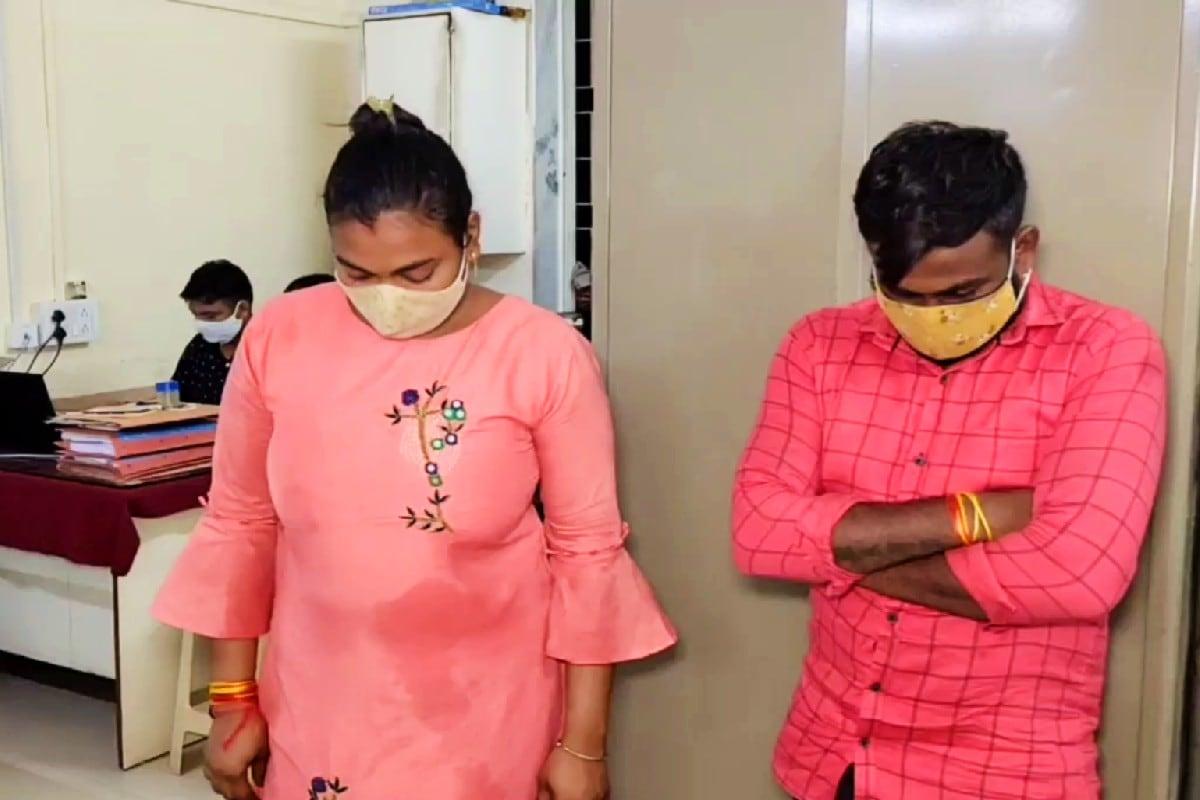 ભરતસિંહ વાઢેર, વલસાડ : ગાંધીના ગુજરાતમાં દારૂબંધીનો (Gujarat Liquor Ban) કડક અમલ થતો હોવાના સરકાર દ્વારા દાવા થઈ રહ્યા છે. જો કે તેમ છતાં હજુ પણ રાજ્યમાં પોલીસના હાથે રોજ લાખો રૂપિયાનો દારૂ (Liquor) ઝડપાય છે. કોરોનાના કપરા (Coronavirus Times) કાળમાં પણ બૂટલેગરો (Bootlegger) બેફામ બન્યા છે. ત્યારે રાજ્ય ના છેવાડે આવેલ વલસાડ (Valsad) ની લોકલ ક્રાઇમ (LCB) બ્રાન્ચ દ્વારા 2 નવીનક્કોર મોઘીદાટ લકઝૂરીયસ કારમાંથી લાખો રૂપિયાની કિંમતના વિદેશી દારૂની હેરાફેરી નો પર્દાફાશ કર્યો છે. સુરતના હજીરાના એક દંપતી સહીત કુલ 4 બૂટલેગરોની ધરપકડ કરાઈ છે.
