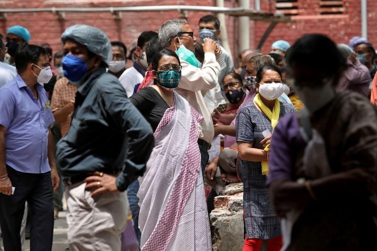 Coronavirus Cases in India Latest Update: દેશમાં કોરોના વાયરસ (Coronavirus)નો કહેર સતત ચાલુ છે. આ દરમિયાન છેલ્લા 24 કલાકમાં સંક્રમિત થનારા દર્દીઓમાં થોડોક વધારો નોંધાયો છે. અગત્યની બાબત એ છે કે, દેશના લગભગ 54 ટકા એક્ટિવ કેસ (Corona Active Cases) મહારાષ્ટ્ર, કર્ણાટક, કેરળ, ઉત્તર પ્રદેશ અને રાજસ્થાનમાં છે. 11 મેના રોજ મહારાષ્ટ્ર (Maharashtra)માં સૌથી વધુ 5,61,347, ત્યારબાદ કર્ણાટક (Karnataka)માં 5,87,472, કેરળ (Kerala)માં 4,24,309, ઉત્તર પ્રદેશ (Uttar Pradesh)માં 2,16,057 અને રાજસ્થાન (Rajasthan)માં 2,05,730 એક્ટિવ કેસ હતા. (પ્રતીકાત્મક તસવીર)