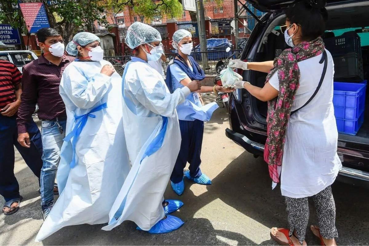 એવું કહેવામાં આવે છે કે, ગયા વર્ષે સપ્ટેમ્બર મહિનામાં કોરોના વાયરસની પ્રથમ તરંગ ટોચ પર હતી. ટાઇમ્સ ઓફ ઇન્ડિયાના આંકડા દર્શાવે છે કે, તે દરમિયાન લગભગ 26.2 લાખ નવા કેસ નોંધાયા હતા. જ્યારે, મોતની સંખ્યા 33.3 હજાર હતી. તે જ સમયે, ઓગસ્ટ 2020માં ચેપના 19.9 લાખ નવા કેસ નોંધાયા હતા. જ્યારે મૃત્યુઆંક 28.9 હજાર થયો હતો.