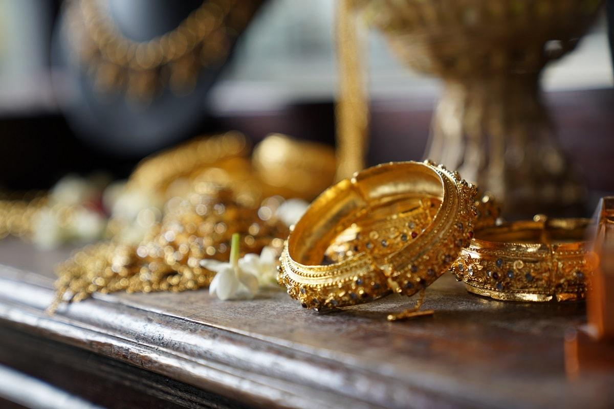 24 કેરેટ ગોલ્ડનો (24 caret gold price) ભાવ દેશના અલગ અલગ શહેરોમાં અલગ અલગ જોવા મળી રહ્યો છે. રાજધાની દિલ્હીમાં 10 ગ્રામ સોનાનો ભાવ 51,270 રૂપિયા છે તો ચેન્નાઈમાં 50,370 રૂપિયા તો મુંબઈમા 49,320 રૂપિયા તો કોલકાત્તામાં 50,720 રૂપિયા 10 ગ્રામ છે. પ્રતિકાત્મક તસવીર